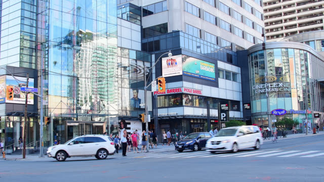 vídeos y material grabado en eventos de stock de toronto, ontario, canada-may 5, 2016: establishing shot of the businesses and architecture in yonge street at the height of midtown. the image shows... - lugar famoso local
