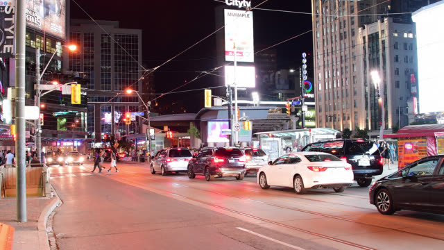 vídeos y material grabado en eventos de stock de toronto, ontario, canada-may 5, 2016: the image looks east in dundas street showing the traffic and business signs in the area during the night. this... - lugar famoso local
