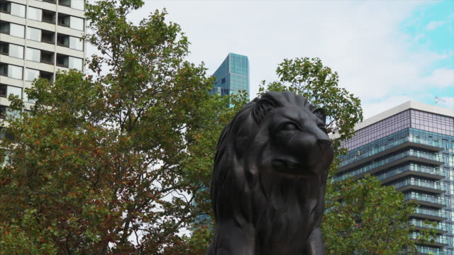 toronto ontario canadaoctober 8 20109 bronze statue of a lion which is part of the sculpture known as 'equals before the law' by eldon garnet the... - rappresentazione di animale video stock e b–roll