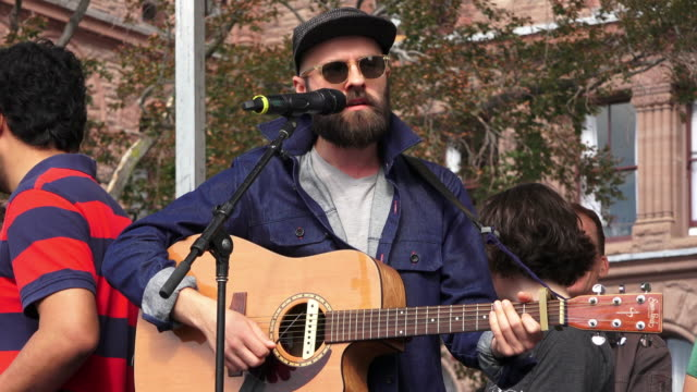 vidéos et rushes de toronto ontario canadaseptember 27 2019 musicians performing live to the crowd thousands of people gathered in queen's park to demand action in... - climate change