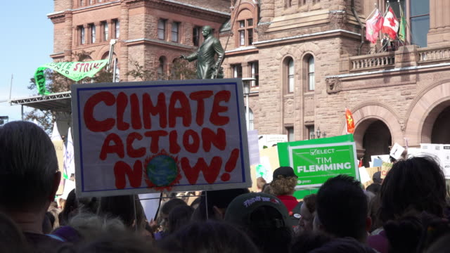 vidéos et rushes de toronto ontario canadaseptember 27 2019 various signs with the slogans of the protest they are related to the environment thousands of people... - climate change