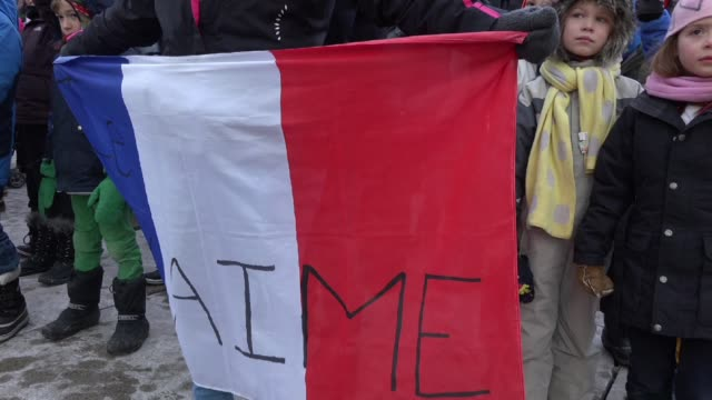 vídeos de stock e filmes b-roll de toronto people meets in the je suis charlie vigil at nathan phillips square to honor the victims of the charlie hebdo magazine shootings and to... - sátira