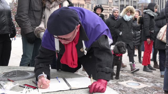 vídeos de stock, filmes e b-roll de toronto people meets in the je suis charlie vigil at nathan phillips square to honor the victims of the charlie hebdo magazine shootings and to... - send