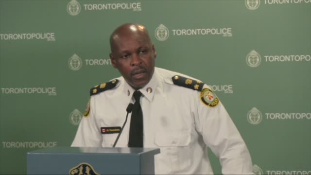 vídeos de stock e filmes b-roll de / toronto police chief william blair and deputy chief mark saunders, speak to the media about project traveller / police launched a massive predawn... - conferência de imprensa