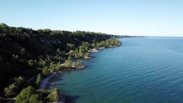 湖のあるトロントの海岸の崖 - トロント点の映像素材/bロール