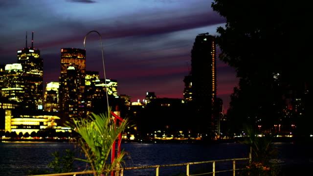stockvideo's en b-roll-footage met toronto skyline in de schemering - ontariomeer