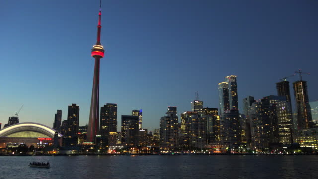 stockvideo's en b-roll-footage met toronto skyline including the cn tower at night - toronto