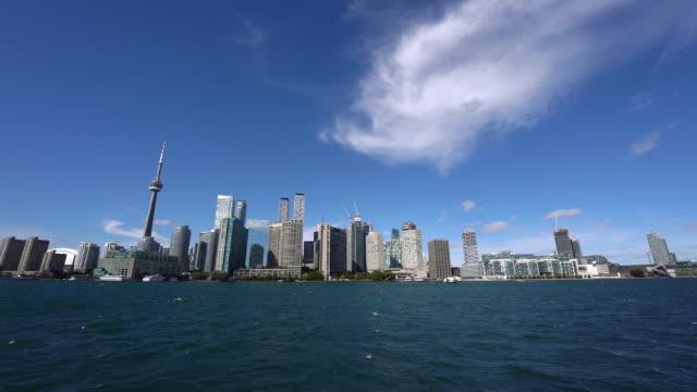 stockvideo's en b-roll-footage met toronto skyline geschoten vanaf een boot op weg naar toronto island - cn tower