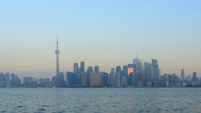 skyline von toronto zeitraffer - cn tower stock-videos und b-roll-filmmaterial