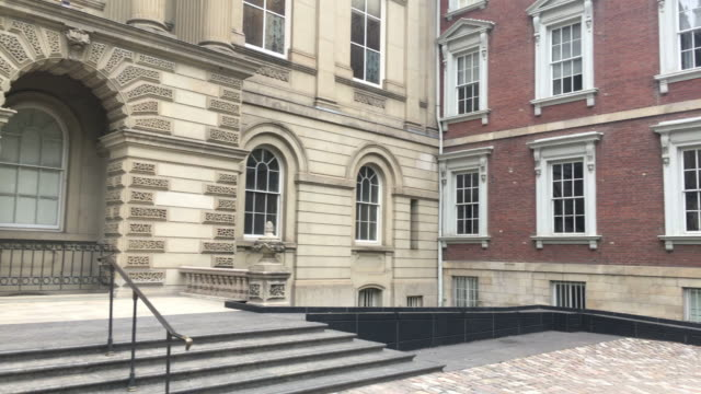 toronto,canada: osgoode hall with georgian palladian and neoclassical architectural styles. left pan of facade or entrance - ジョージア調点の映像素材/bロール