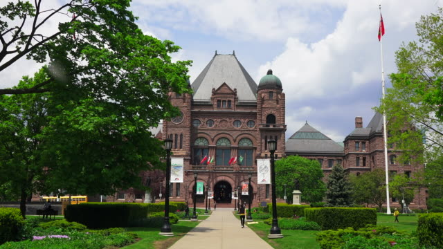 toronto,canada: queen's park romanesque revival building, seat of the ontario provincial government  and major tourist attraction in the canadian city - ontario kanada stock-videos und b-roll-filmmaterial