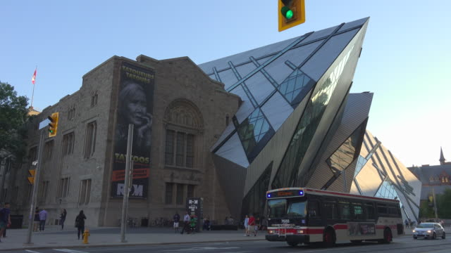 vídeos de stock, filmes e b-roll de toronto,canada: royal ontario museum (rom) in daytime. everyday lifestyle and traffic in the famous tourist attraction in the downtown district of the canadian city. - realeza