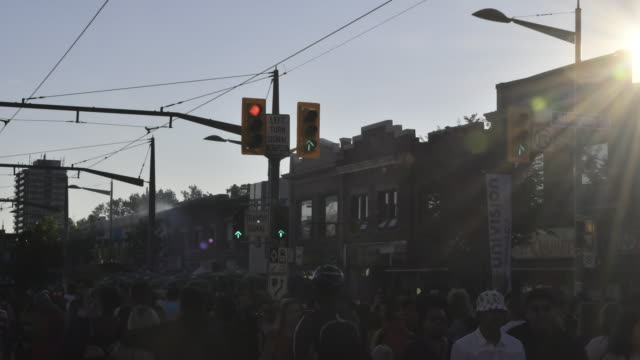 vidéos et rushes de toronto,canada: 'salsa on st. saint clair' street west festival. the event is held every year attracting thousands of multicultural torontonial and also visitors - signalisation routière lumineuse