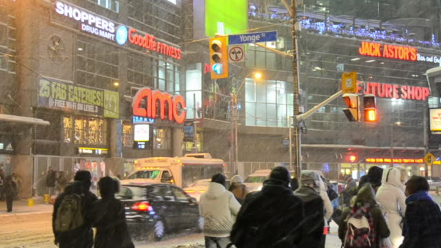 vidéos et rushes de toronto,canada: toronto, canada: snowing while stormy weather hits the downtown district at night - toronto