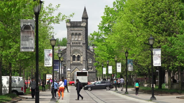 toronto,canada: university of toronto, establishing shot, old building at the main entrance. the famous place is rich in heritage buildings featuring victorian and edwardian architecture - toronto stock-videos und b-roll-filmmaterial