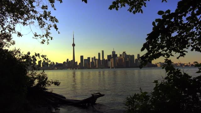 stockvideo's en b-roll-footage met toronto,canada: urban skyline including the cn tower, image taken at dusk or sunset - ontariomeer