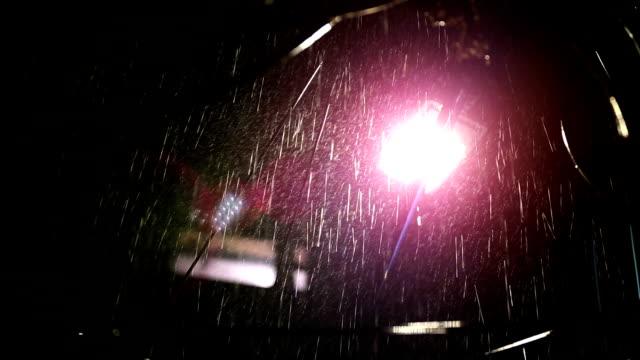 vídeos de stock, filmes e b-roll de chuva torrencial na noite - water form