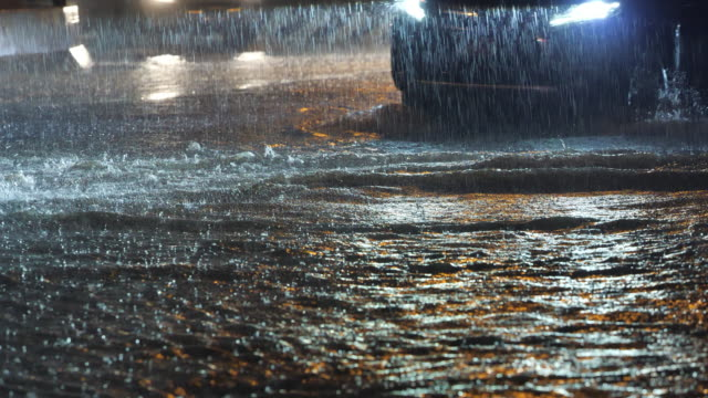 vídeos y material grabado en eventos de stock de lluvia torrencial inundando carretera con coches. - huracán