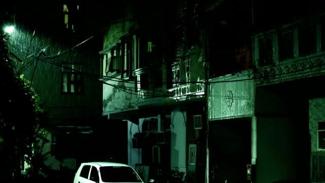 vídeos de stock, filmes e b-roll de chuva torrencial na rua da cidade - water form