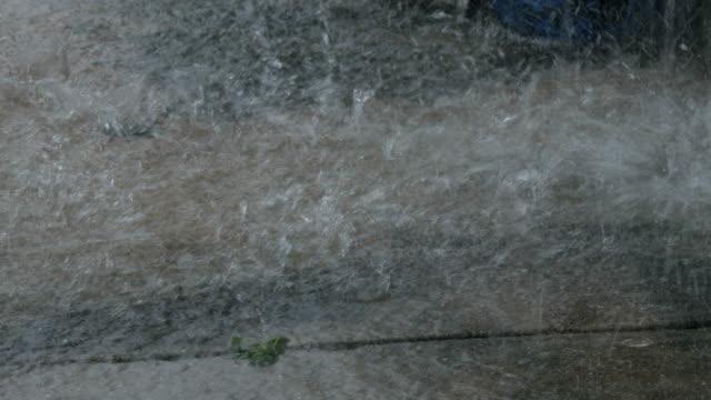 torrential rain on a pavement - 集中豪雨点の映像素材/bロール