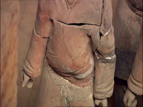 stockvideo's en b-roll-footage met cu torso detail of terracotta warrior, museum of qin, xian, china - torso