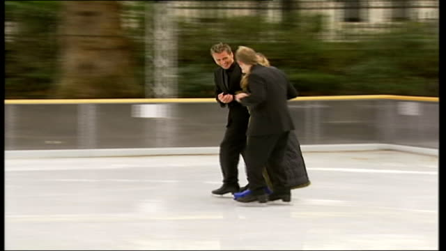vidéos et rushes de torvill and dean to host ice-skating reality television show; ext blurry shot pull focus bonnie langford on to ice with her dancing partner gaynor... - concurrent