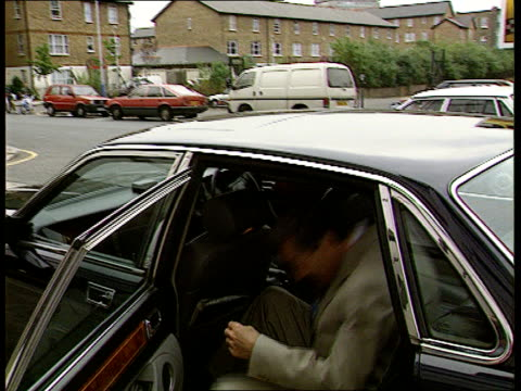 tory party leadership itn redwood lr to bv and gets into car ms car rl and redwood seen in back ms car towards and past rl with pm john major sitting... - john major stock-videos und b-roll-filmmaterial