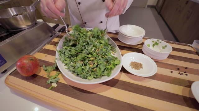 サラダをくる - 低炭水化物ダイエット点の映像素材/bロール