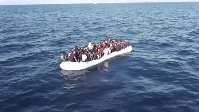 vídeos de stock e filmes b-roll de a total of 126 refugees and migrants who were trying to reach greek island illegally have been caught by turkish security forces in izmir turkey on... - crise de migrantes europeia 2015 2016