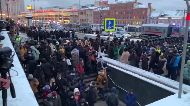 vidéos et rushes de total of 1,643 people were arrested in fresh protests on sunday across russia demanding the release of opposition leader alexey navalny, monitoring... - moscow russia