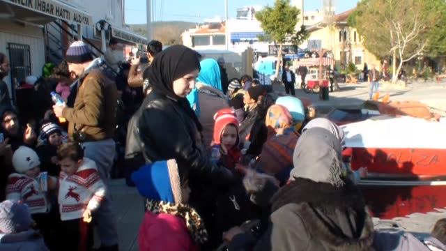 total of 181 refugees of syrian palestinian iranian iraqi eritrean and afghan origin are captured by turkish coast guard while they were illegally... - シリア難民問題点の映像素材/bロール