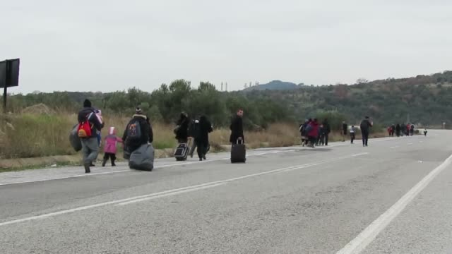 vídeos de stock e filmes b-roll de total of 265 refugees are captured by turkish gendarmery forces while they were illegally trying to reach greece's lesbos island through the aegean... - crise de migrantes europeia 2015 2016