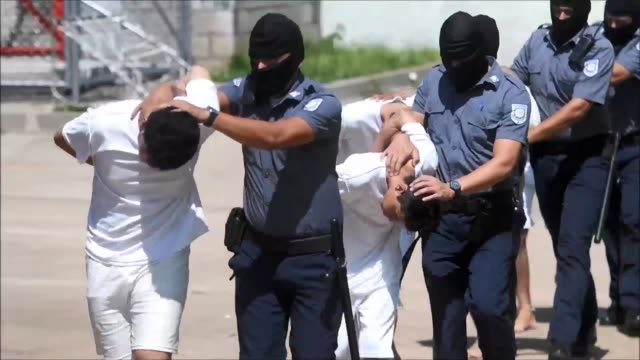 A total of 35 Salvadoran gangbangers accused of killing police officers were transferred this Wednesday to a maximum security facility in Zacatecoluca