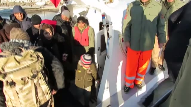 vídeos de stock e filmes b-roll de total of 42 refugees including children and women are captured by turkish authorities while they were illegally trying to reach greece's lesbos... - crise de migrantes europeia 2015 2016