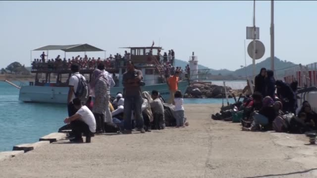 total of 45 refugees and migrants of afghan, bangladeshi, ghanaian, sierra leonean and eritrean origin who were trying to reach greece's lesbos... - indischer subkontinent abstammung stock-videos und b-roll-filmmaterial