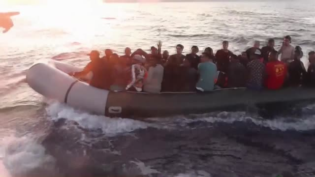 stockvideo's en b-roll-footage met a total of 90 undocumented migrants were held in the aegean province of izmir turkey on july 10 2018 as they attempted to illegally cross into greece - vluchteling ontheemden