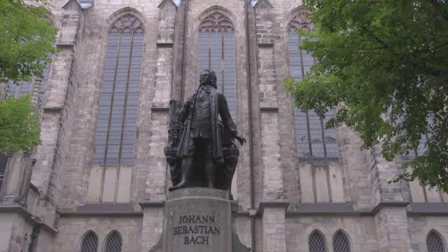total shot of johann sebastian bach statue in leipzig - johann sebastian bach stock-videos und b-roll-filmmaterial