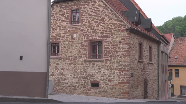 total shot of so called lutherhaus / luther house - 宗教的指導者 マルティン・ルター点の映像素材/bロール