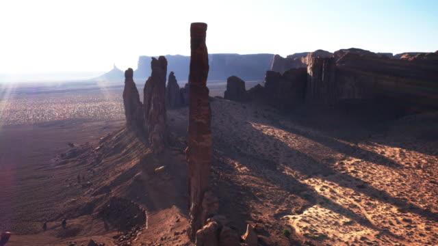 vidéos et rushes de mât totémique et yei bi chei, monument valley, au lever du soleil - coup de bourdon - utah