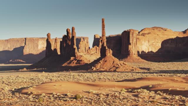 vidéos et rushes de totem pole, monument valley - drone shot - monument valley tribal park