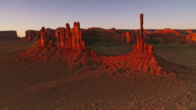 vídeos de stock e filmes b-roll de aerial totem pole spire in monument valley at sunrise - pináculo formação rochosa