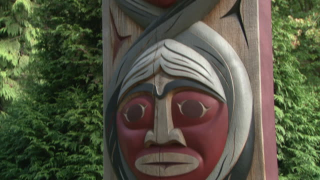 cu tu td totem pole with three faces in stanley park / vancouver, british columbia, canada - komplett stock-videos und b-roll-filmmaterial