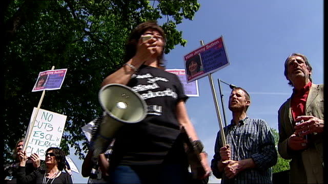 vídeos y material grabado en eventos de stock de college of north east london: ext set-up shot of jenny sutton leading the chanting at the protest outside college and interview sot - saying cuts are... - ortografía