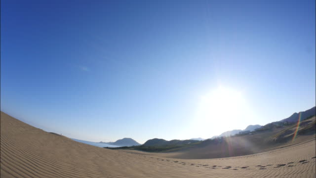 stockvideo's en b-roll-footage met tottori sand dunes - tilt down