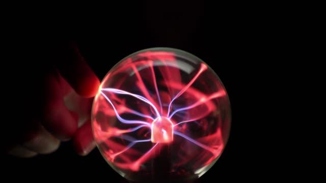 vídeos de stock e filmes b-roll de touch on plasma ball at night - transformador tesla