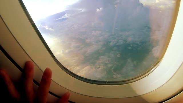 vídeos de stock e filmes b-roll de touch the dramatic sunset sky - ponto de vista de avião