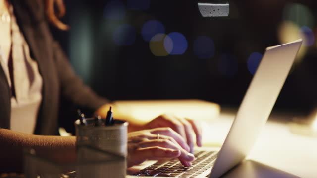 touch-typisierung ist eine notwendigkeit in meinem job - multitasking stock-videos und b-roll-filmmaterial