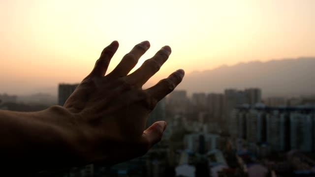 街の夕日に光を当てる - 手を伸ばす点の映像素材/bロール