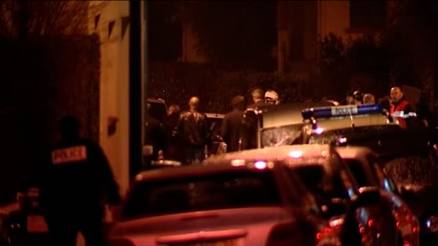 toulouse siege at home of suspected serial killer; france: toulouse: ext/dark - early morning emergency vehicle with flashing lights police vehicles... - トゥールーズ点の映像素材/bロール