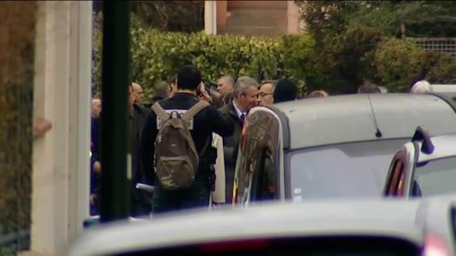 toulouse siege at home of suspected serial killer; police seen behind cars woman looking out of window press gathered around friend of suspect friend... - トゥールーズ点の映像素材/bロール